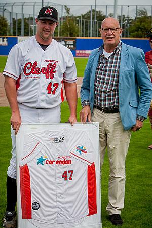David Bergman kreeg voor zijn afscheid een ingelijst shirt aangeboden.