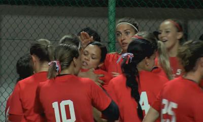 Vreugde bij de speelsters van Oolders Omaco Sparks Haarlem na het bereiken van de finale.
