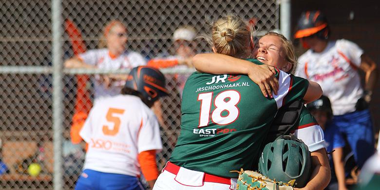 Vreugde bij pitcher Dagmar Bloeming en catcher Belinda White na de winst in acht innings op Olympia Haarlem.