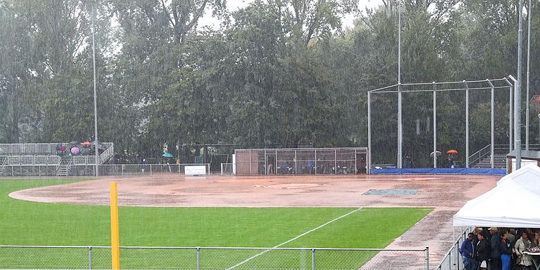 Het Noordersportpark werd vandaag door de regen onbespeelbaar.