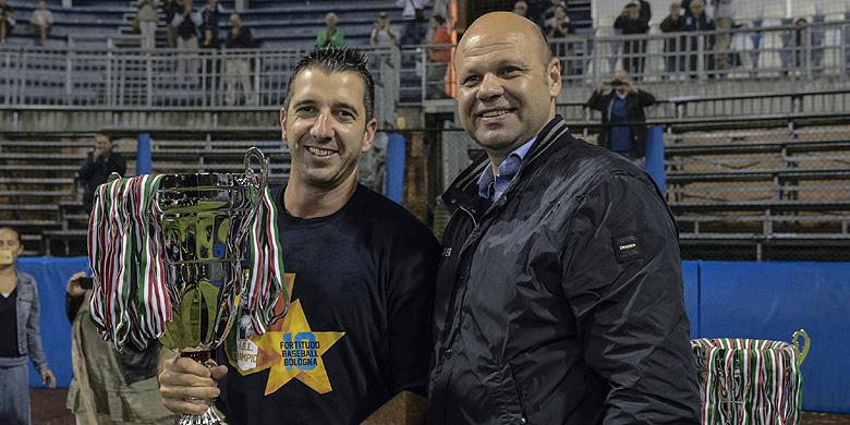 Massimo Fochi rijkt de prijs voor het landskampioenschap uit aan Fortitudo Bologna-aanvoerder Claudio Liverziani.