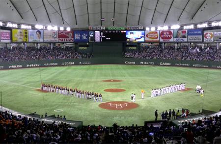 Line-ups van het Nederlands Koninkrijksteam en Japan in het Tokyo Dome.