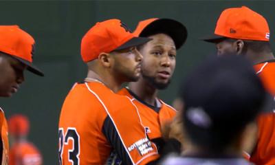Overleg tussen manager Hensley Meulens, Major Leaguer Jurickson Profar en pitcher Kevin Kelly nadat het Nederlands Koninkrijksteam door een grandslam-homerun in de tiende inning op achterstand is gezet.