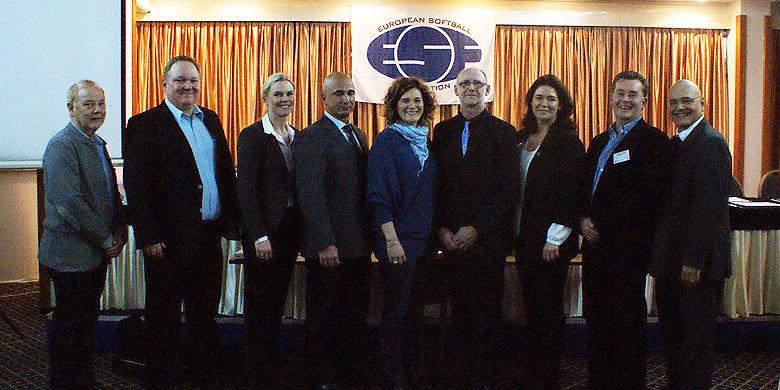 Het nieuwe bestuur van de ESF met onder meer de nieuwe voorzitter Gabriel Waage (vierde van rechts) en Petra Arends (derde van rechts).