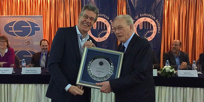 Ron Schel (links) neemt uit handen van Jan Esselman één van de onderscheidingen in ontvangst.