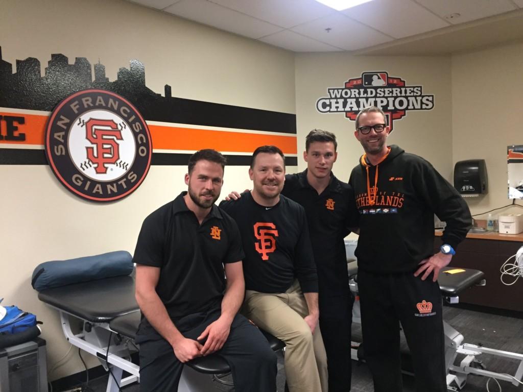 De trainers op de foto met hun nieuwe college Dave Groeschner (Foto: Pepijn van Ingen)
