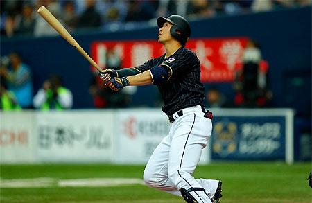 Seiya Suzuki slaat raak voor een homerun.