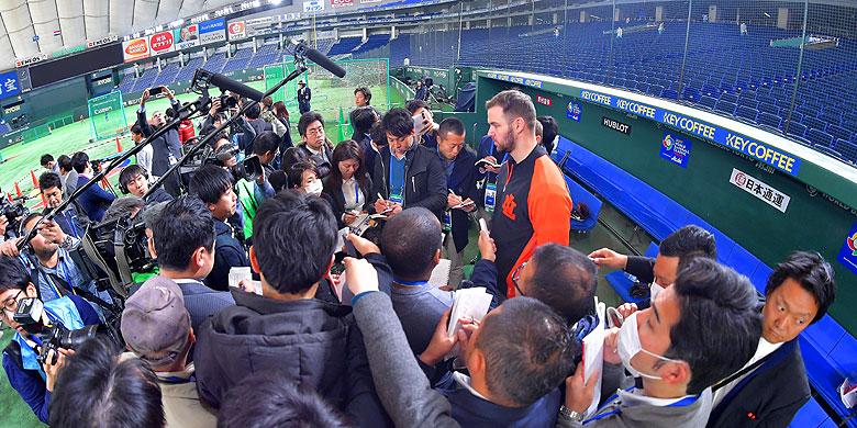 Rick van den Hurk kon in het Tokyo Dome rekenen op veel aandacht van de Japanse media.