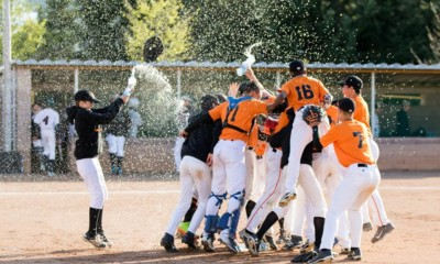 U14 Orange Lions vieren feest na overwinning.