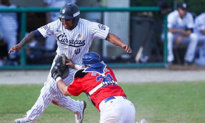 Christian Diaz wordt in de vierde inning uitgetikt door catcher Nicholas Morreale.