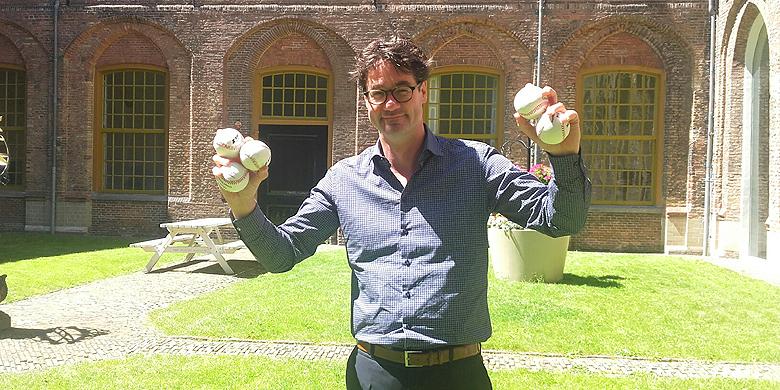 Sportwethouder Merijn Snoek heeft met de aanschaf van vijf virtuele ballen een extra steentje bijgedragen.