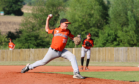Startend pitcher Danny Albinus in actie voor Nederland.