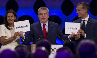 IOC-voorzitter Thomas Bach op het podium met burgemeesters Anne Hidalgo en Eric Garcetti.