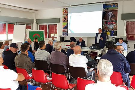 FIBS-voorzitter Marcon spreekt zeventien clubs uit Serie A toe in Bologna.