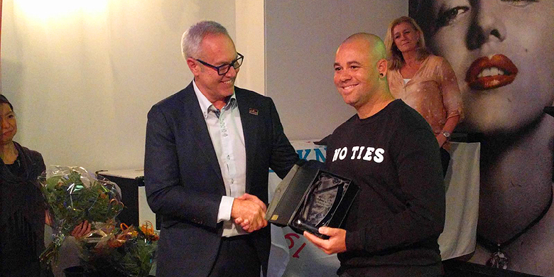 KNBSB-directeur Bart Volkerijk overhandigt de prijs voor de MVP aan Danny Rombley.