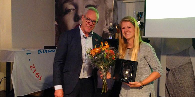 KNBSB-directeur Bart Volkerijk overhandigt de prijs voor de MVP aan Dinet Oosting.