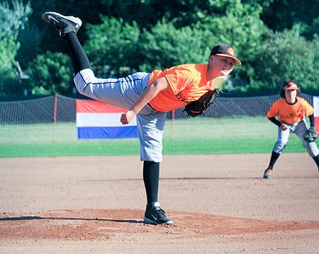 Startend pitcher Tim Scholte in actie voor Nederland.
