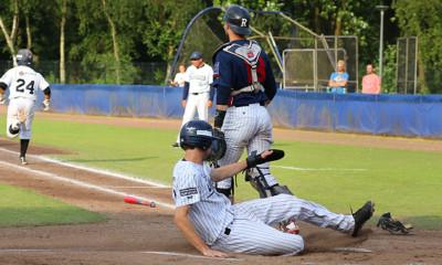 Stijn van der Meer opent in de eerste inning de score.