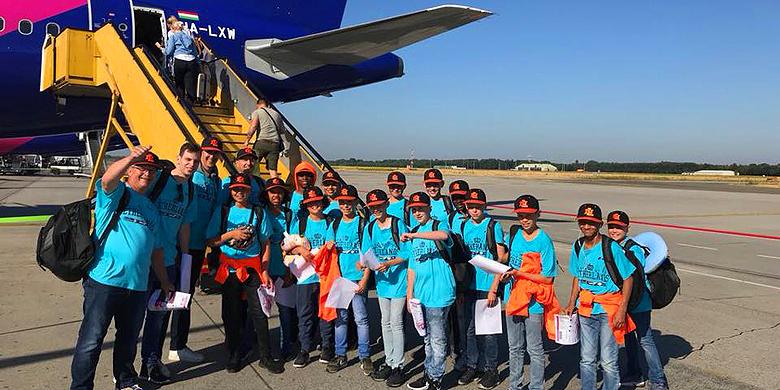 De U12-selectie voor vertrek op Eindhoven Airport.