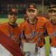 Prijswinnaars Luuk ter Beek (m) en Nolan Beugeling (r) op de foto met ploeggenoot Leandro Anasagasti.