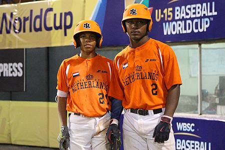 De Curaçaose spelers Jurrangelo Cijntje (links) en Donovan Antonia (rechts).