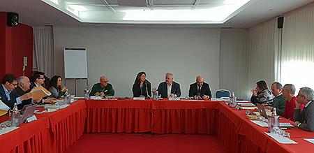 Petra Arends achter de microfoon met rechts FIBS-voorzitter Marcon en de Fransman Didier Seminet, opvolger van Jan Esselman als voorzitter van de CEB.