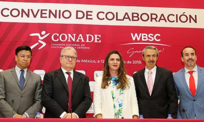 WBSC-voorzitter Riccardo Fraccari (tweede van links) en Ana Gabriela Guevara Espinoza (derde van links) bij de ondertekening van de overeenkomst.