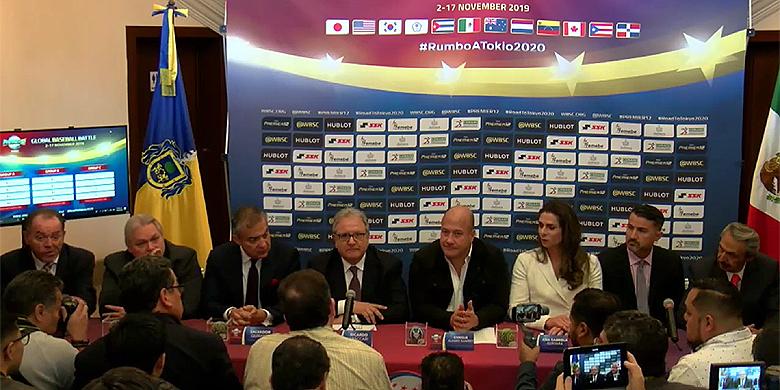WBSC-voorzitter Riccardo Fraccari (midden) maakt de poule-indelingen voor de Premier12 bekend.