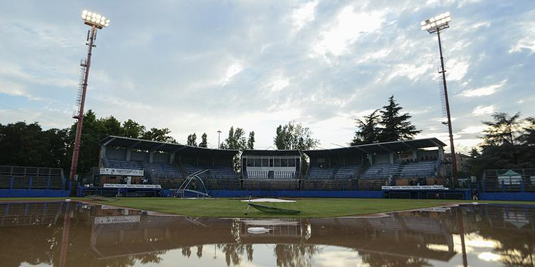 Het Gianni Falchi stadion in Bologna wordt geteisterd door regenbuien.