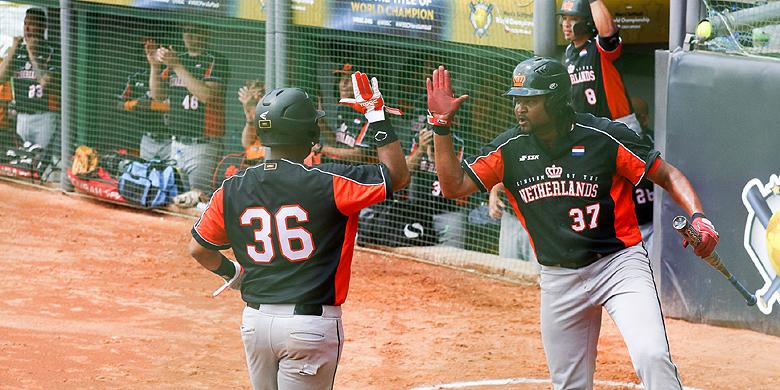 Revin Brooks (rechts) sloeg in de verlening het winnende punt binnen.