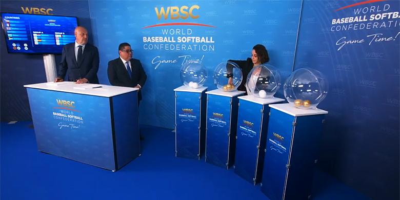 De loting in Lausanne werd verricht door WBSC-woordvoerder Riccardo Schiroli (links), bestuurslid softbal Tommy Velázquez (midden) en de Nederlandse Naomi Bloetjes.