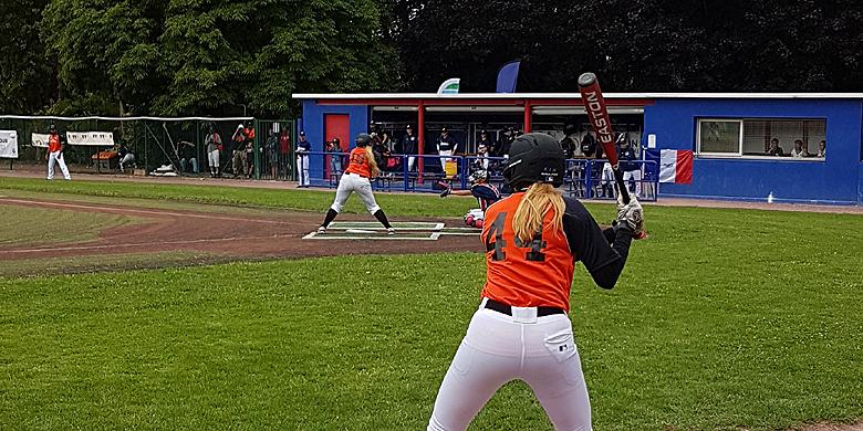 Isabelle Markies aan slag voor Nederland. Kim Schindeler staat on deck.