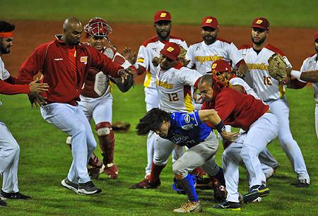Drew Maggi wordt hard onder handen genomen door spelers van de Spaanse nationale ploeg.