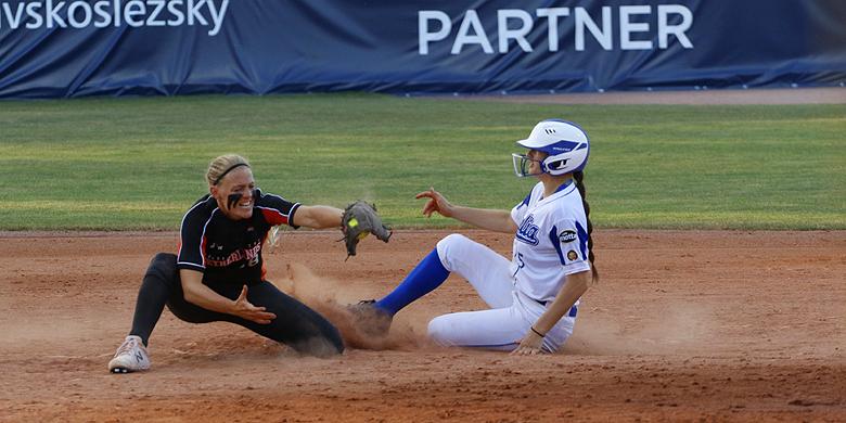 Britt Vonk in actie tegen Italië tijdens het Europees kampioenschap.