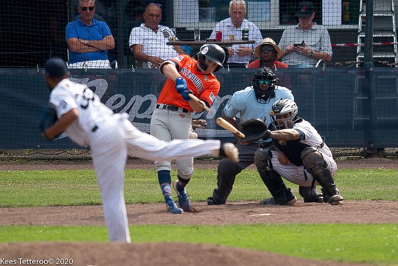Max Kops (Twins Oosterhout) slaat zijn knuppel kapot op een pitch van Kevin Kelly (Curaçao Neptunus).