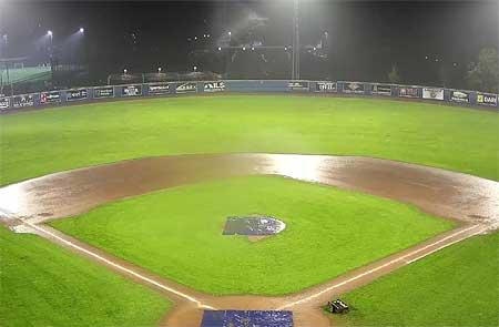 Het veld van Neptunus werd in de vierde inning door de regen onbespeelbaar.