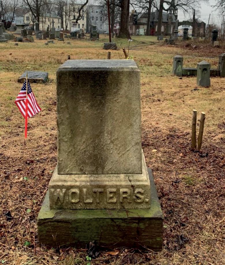 Het graf van Rynie Wolters op Woodland Cemetery, een niet meer gebruikt kerkhof in een achterstandswijk van Newark.