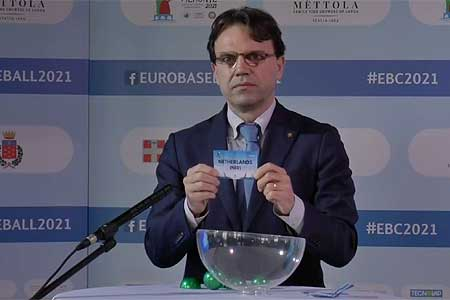 Andrea Tronzano, wethouder van de regio Piemonte, loot het Nederlands Koninkrijksteam.