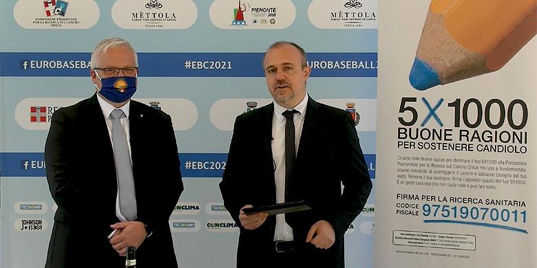 Presentator Matteo Gandini (rechts) met de Italiaanse bondsvoorzitter Andrea Marcon.