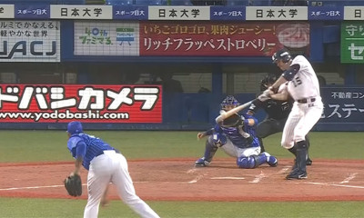 Rick van den Hurk slaat raak voor zijn eerste honkslag in Japan.